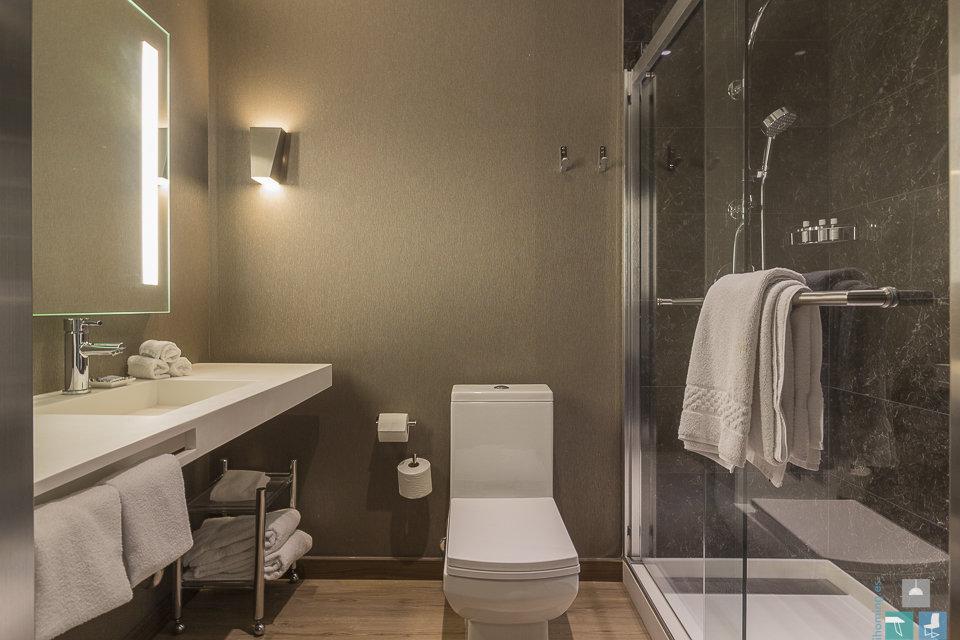 El baño siempre limpio, ordenado y sin objetos personales. Las toallas blancas dan sensación de limpieza.